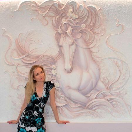 Барельеф лошадь на стене